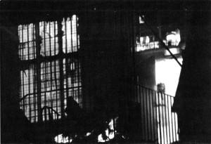 djevojčica na terasi zapaljene kuće